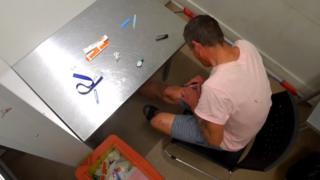 Un hombre se inyecta una dosis de fentanilo.