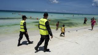 Cảnh sát tuần tra trong chiến dịch làm sạch Boracay năm 2018