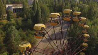Edificios, árboles y un juego en Chernóbil.