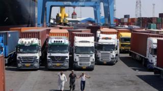 تعطل دخول الشاحنات والعاملين أو خروجهم