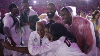 Athletes from the US pose for a photo with Simone Biles during the closing ceremony in the Maracana stadium at the 2016 Summer Olympics in Rio de Janeiro (22 August 2016)