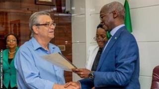 Clemens Westerhof a reçu du ministre nigérian du Logement, Babatunde Raji Fashola, le document lui octroyant la maison offerte il y a près d'un quart de siècle.