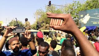 یکی از معترضان پوکه گلولههای شلیکشده به سوی معترضان را نشان میدهد