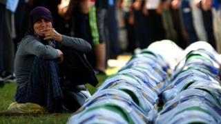 Boşnak bir kadın Srenbrenitza'da cesetleri yeni çıkarılan 33 kişinin yanında ağlıyor (11 Temmuz 2019)