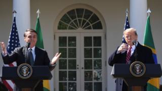 Imagem mostra Bolsonaro, à esquerda, e Donald Trump em discurso na Casa Branca