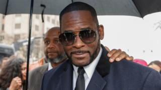 R. Kelly leaves court in Chicago