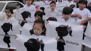 ကလေးများ ဆန္ဒပြနေစဉ်