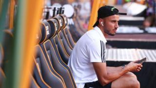 Le défenseur marocain de Wolverhampton Wanderer, Romain Saiss, exhorte les footballeurs à faire attention à l'utilisation des réseaux sociaux.