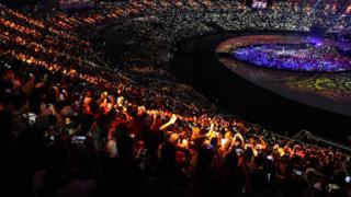 Penonton menyaksikan Upacara Penutupan Asian Games ke 18, tahun 2018 di Stadion Utama Gelora Bung Karno, Senayan, Jakarta, Minggu (2/9).