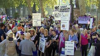 В Британии против пенсионной реформы протестуют женщины - их возраст выхода на пенсию повышается постепенно с 60 до 66 лет.