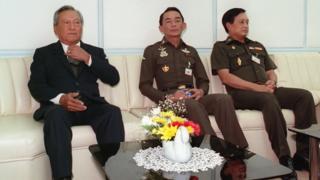 พล.อ.สุนทร คงสมพงษ์ อดีตผู้บัญชาการทหารสูงสุด (กลาง) บิดาของ พล.อ. อภิรัชต์ เคียงข้าง พล.อ. ชาติชาย ชุณหะวัณ อดีตนายกรัฐมนตรี (ซ้าย) เมื่อเดือน ม.ค. 2534 ก่อนเกิดการรัฐประหารในเดือน ก.พ.