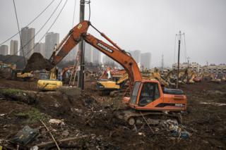 Escavadeira no canteiro de obras do Hospital Huoshenshan