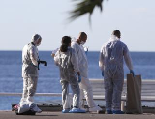 Los cuerpos siguen en el Paseo de los Ingleses, cuentan algunos testigos.