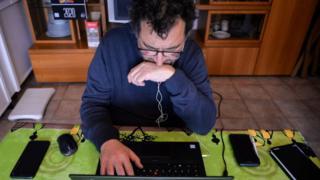 мушкарац ради за компјутером
