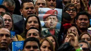 Legisladores da Assembleia Constituinte com retrato de Hugo Chávez