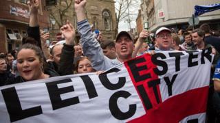 Des supporters de Leicester jubilent en mai 2016 pour le tirage qui allait les opposer à Manchester United