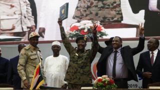عبدالفتاح البرهان رئيس المجلس العسكري، وقائد تحالف المعارضة أحمد الربيع، وحميدتي بعد توقيع الاتفاق