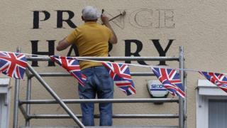"""Человек выводит буквы по трафарету """"Принц Гарри"""""""