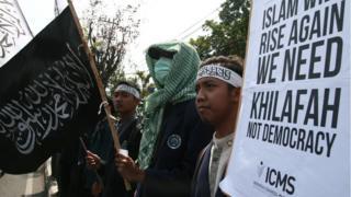 Anggota HTI berdemonstrasi menolak terpilihnya Presiden Joko Widodo dan menuntut kekhalifahan di Malang, Oktober 2014.