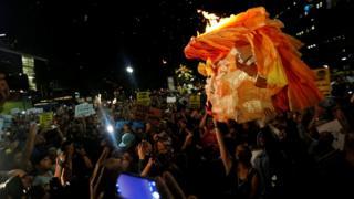 Manifestantes en Los Ángeles, California, queman una piñata con la cara de Donald Trump