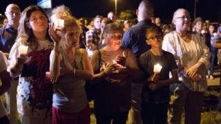 Pessoas fazem orações após massacre