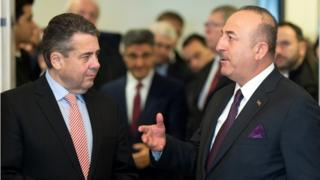 German Foreign Minister Sigmar Gabriel (left) with his Turkish counterpart Mevlut Cavusoglu in Goslar, central Germany, 6 January 2018