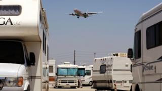 Caravanas en el estacionamiento del aeropuerto de Los Ángeles