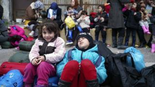أطفال في أحد معسكرات اللجوء باليونان