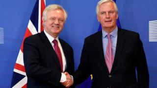 İngiltere Brexit Bakanı David Davis(solda) ve AB'nin başmüzakerecisi Michel Barnier