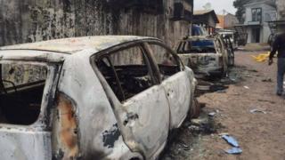 Des voitures incendiées lors des violentes manifestations en RDC, notamment à Kinshasa, durant ce mois-ci.