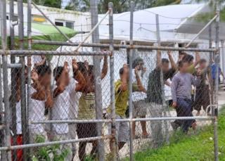 ภาพผู้ลี้ภัยที่ค่ายกักกันบนเกาะมานุสเมื่อปี 2014