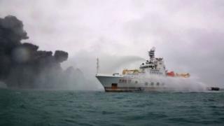 کشتی چینی در تلاش برای خاموش کردن آتشسوزی نفتکش ایرانی
