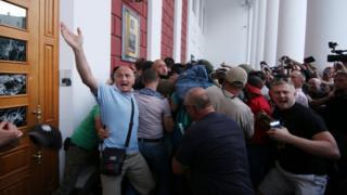 Люди требовали встречи с представителями городской администрации