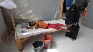 Yemen'in Hudaide liman kentindeki hastanede bir kadın hasta çocuğunun başında bekliyor 14 Mayıs 2017