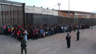 این گروه بزرگ مهاجران که اکثرا اعضای خانواده هایی از گوآتمالا، السالوادور و هندوراس هستند روز چهارشنبه در الپاسو بازداشت شدند