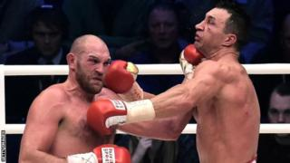 Tyson Fury kushoto akimenyana na Wladmir Klitschko katika pigano lao la kwanza
