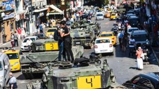 Люди, обнимающиеся на танке