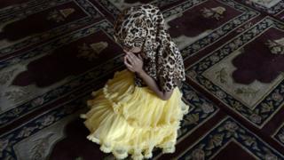 Small Muslim girl wey dey pray