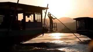 在泰国对面的老挝,从会晒来的客船结束了一天的航行,停在老挝乌多姆赛(Oudomxay)的北本(Pakbeng)港口。