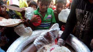 উখিয়া শিবিরে রোহিঙ্গাদের মাঝে খাদ্য বিতরণ কার্যক্রম, নভেম্বর ২০১৭