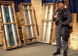 Militar con centrifugadoras para enriquecimiento de uranio que iban en ruta a Libia y que fue detenido en Italia en 2003.