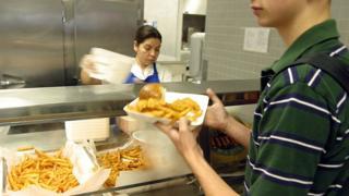 Estudante comendo