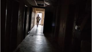 Un homme marchant dans un couloir d'un hôpital de Hillbrow, Johannesburg.
