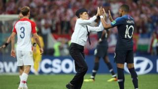 """Članica benda Pusi Rajot """"baca kosku"""" fudbalerima tokom finalnog meča na Svetskom prvenstvu"""