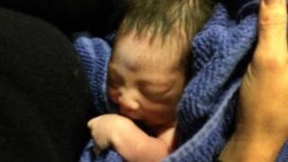 ニューヨーク市の教会で、キリスト生誕の場面を再現したディスプレイに生まれたばかりの赤ちゃんが置き去りに