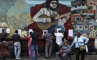 地方選に参加した有権者たち(10日、ベネズエラ・カラカス)