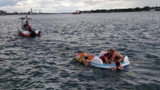 Спасательное судно тащит плот
