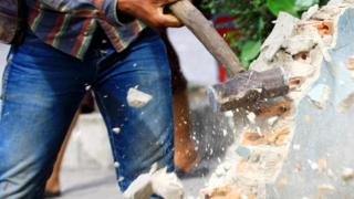 Разрушение стены молотом