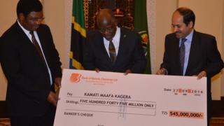 Rais Magufuli na Waziri Mkuu Majaliwa wakiwa na mfano wa hundi ya mchango kutoka kwa Balozi wa India Tanzania Sandeep Arya katika ikulu jijini Dar es Salaam.
