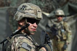 افغانستان کې شاوخوا ۱۳۰۰۰ ناټو سرتېري مېشت دي، چې ډېری یې امریکايي پوځیان دي